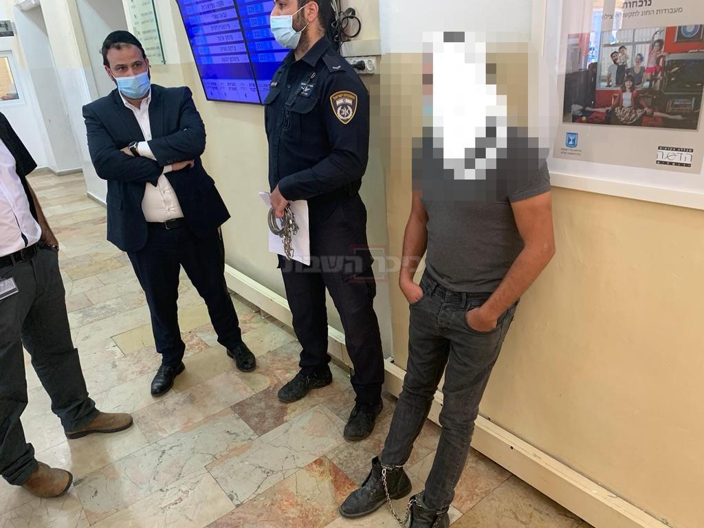 עציר אזוק בביהמ''ש בירושלים (צילום: חיים גולדברג, כיכר השבת)