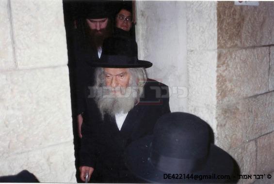 הרבי זיע''א ביציאתו מהניחום אבלים, ומאחוריו בנו הגרד''ח אלתר