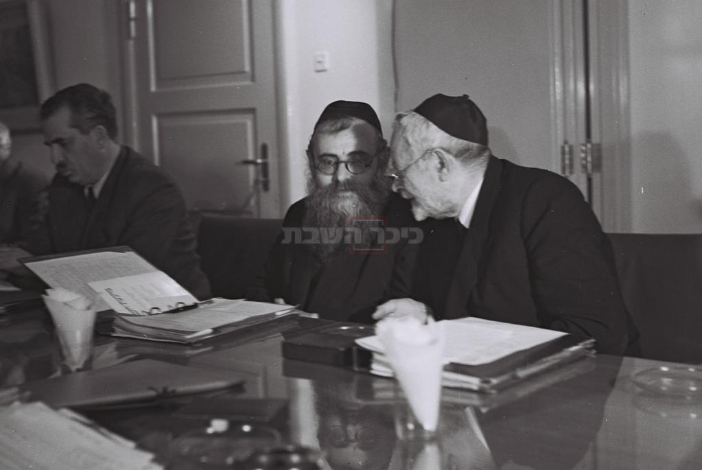 שר הדתות הרב יהודה הכהן (מימין) עם שר הרווחה הרב יצחק מאיר לוין  (צילום: ELDAN DAVID / לע''מ)