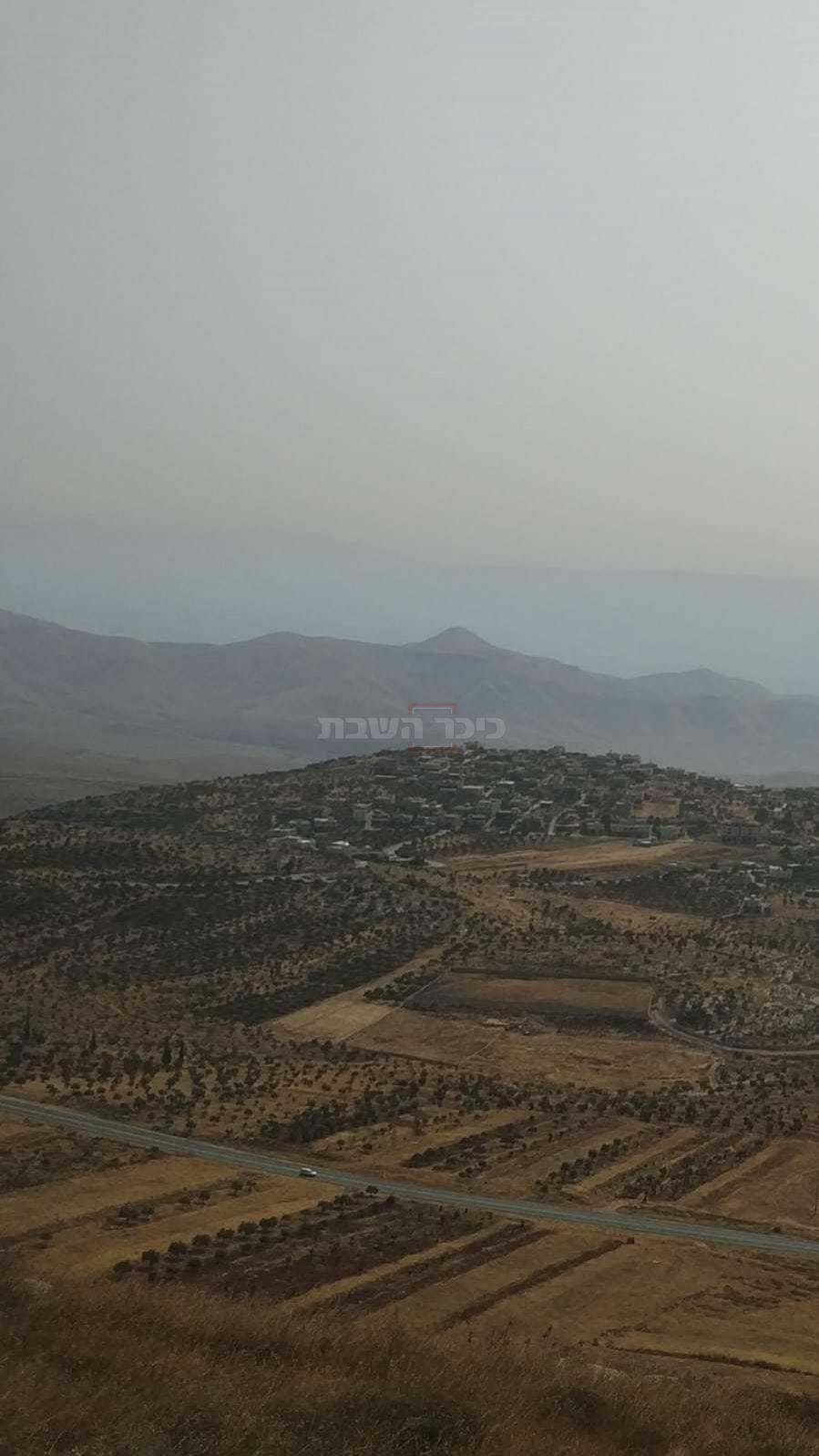 ברקע: קרן סרטבא; למטה: הכפר דומא (צילום: ישראל שפר)