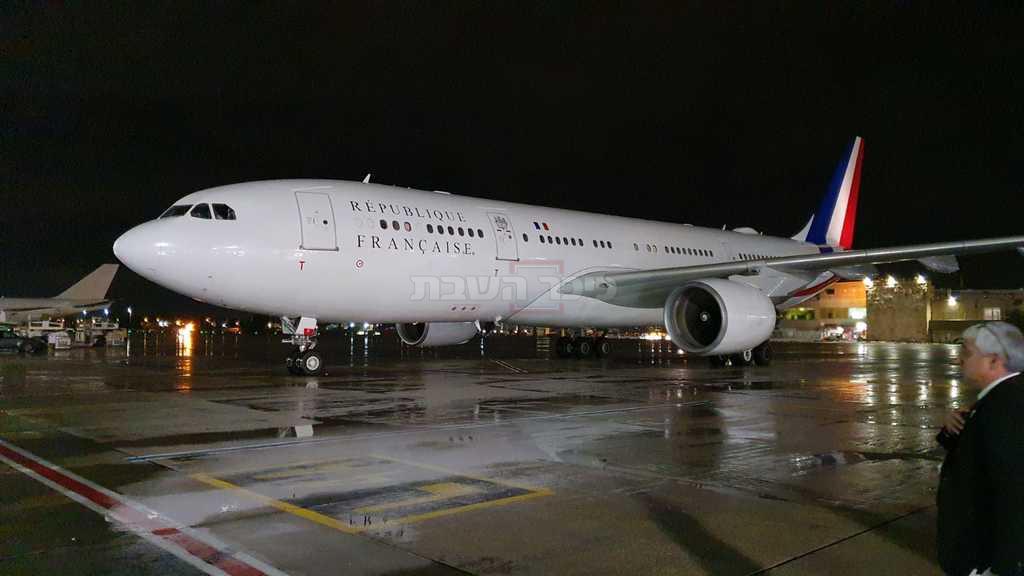 מטוסו של נשיא צרפת בנתב''ג, הערב (צילום: דוברות רש''ת)