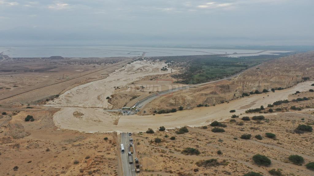 נחל צין בכביש הגישה לנאות הכיכר, הבוקר (צילום: עמיר אלוני)