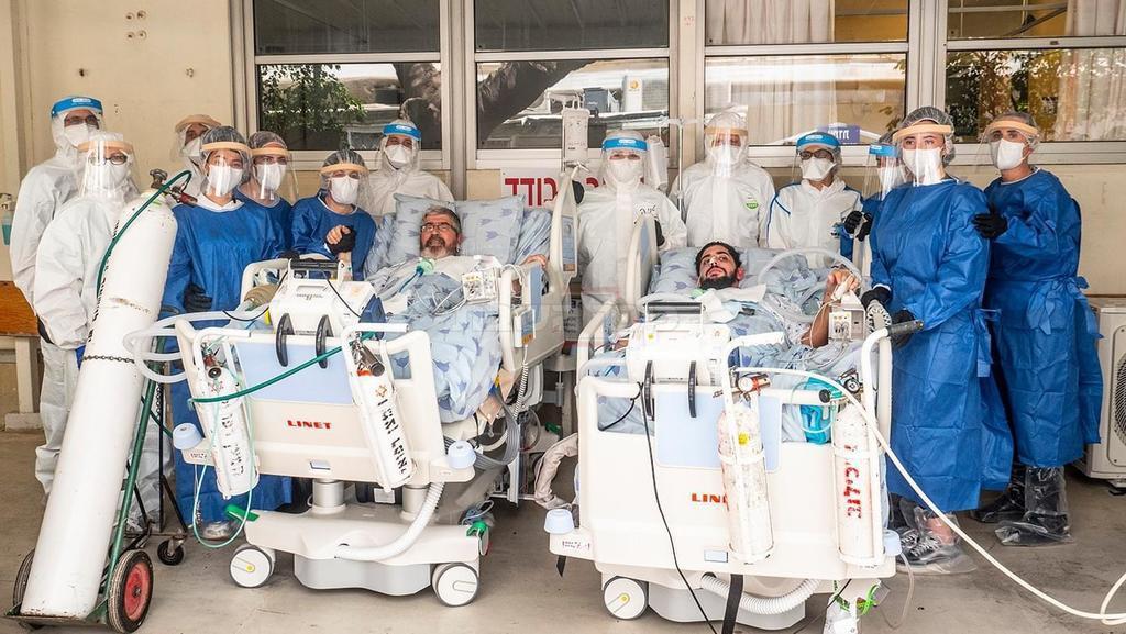 אפיק ושמעון, שני החולים, בחצר בית החולים