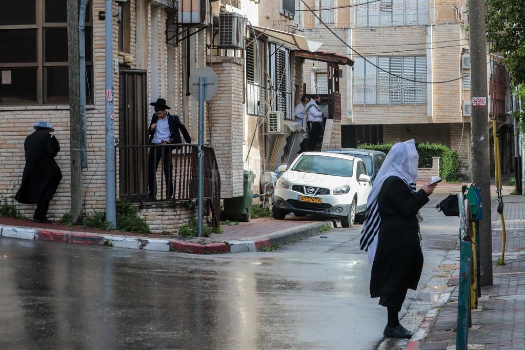 תפילה ברחוב, בבני ברק (צילום: Yossi Zamir/Flash90)