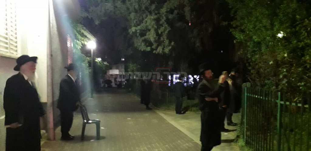 הגר''י סילמן מתפלל ברחוב (באדיבות המצלם)