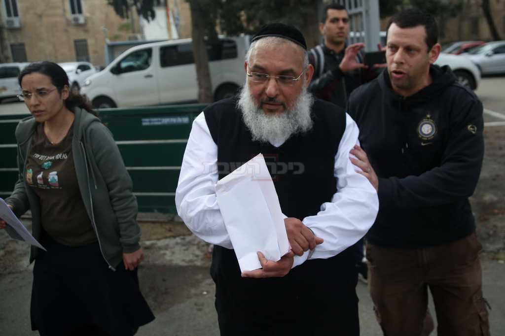 אהרן רמתי לאחר מעצרו, השבוע (צילום: חיים גולדברג, כיכר השבת)