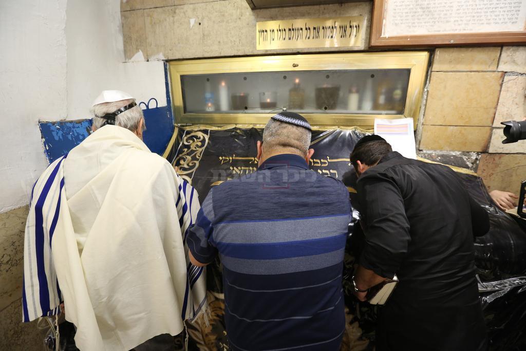מתפללים בציון הרשב''י (צילום: דוד כהן, פלאש 90)