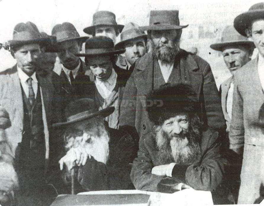 הגרי''ח זוננפלד (משמאל) עם הראי''ה קוק (מתוך ויקיפדיה)