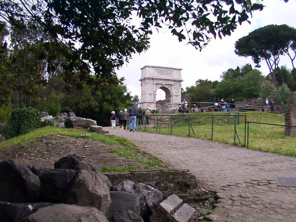 הדרך הראשית בפורום רומאנום בה צעדו ניצולי חורבן בית המקדש (צילום: מתוך ויקיפדיה)