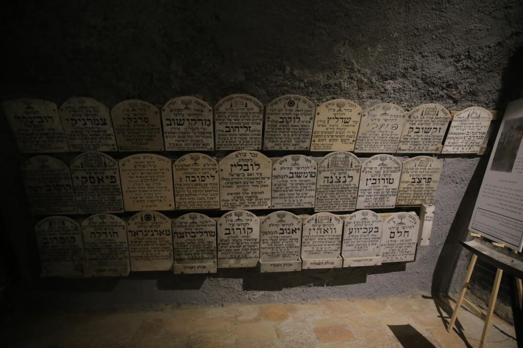 חלק מאלפי הלוחות במרתף השואה. צילום: חיים גולדברג, פלאש 90
