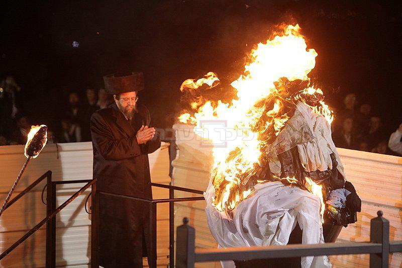 האדמו''ר מבאיאן בהדלקה בשנת תשע''א (צילום: מאיר אלפסי, כיכר השבת)