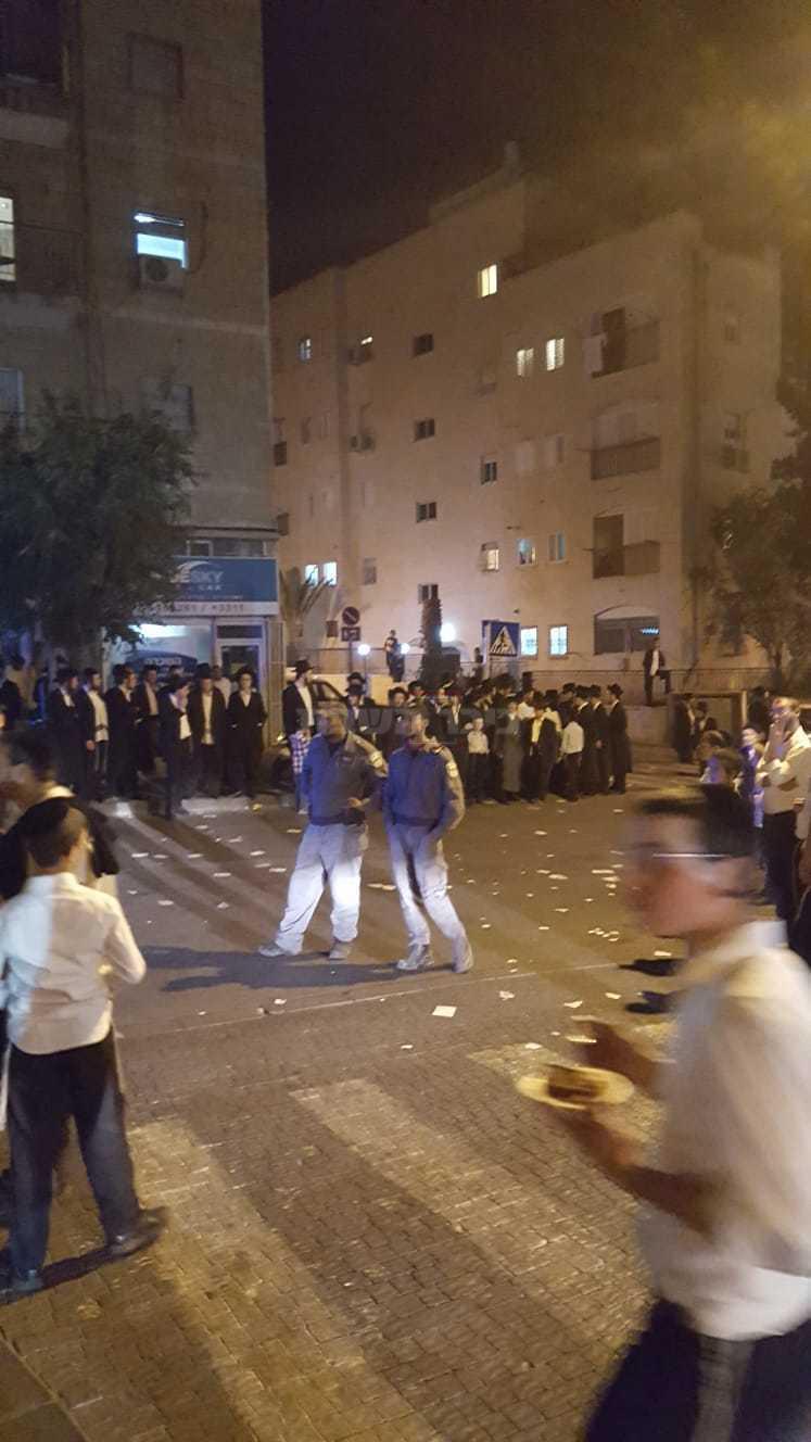 הקנאים מפגינים מחוץ לוועידה (צילום: באדיבות ''אגודת קדושת ציון'')