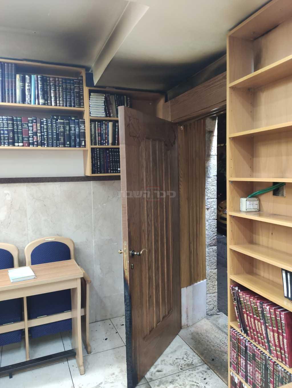 דלת בית הכנסת (צילום: דוברות המשטרה)