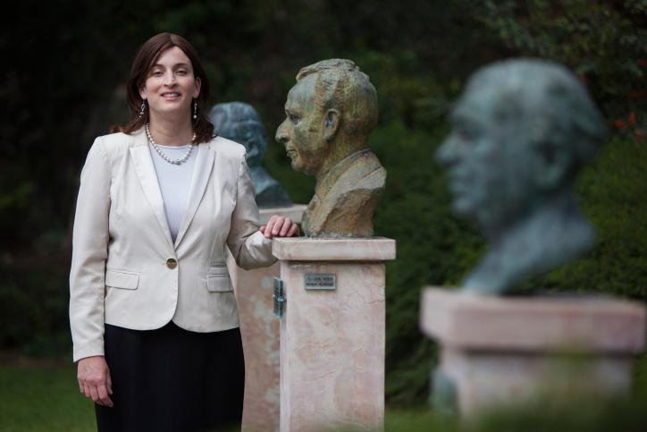 רבקה רביץ בחצר בית הנשיא (יונתן זינדל, פלאש 90)