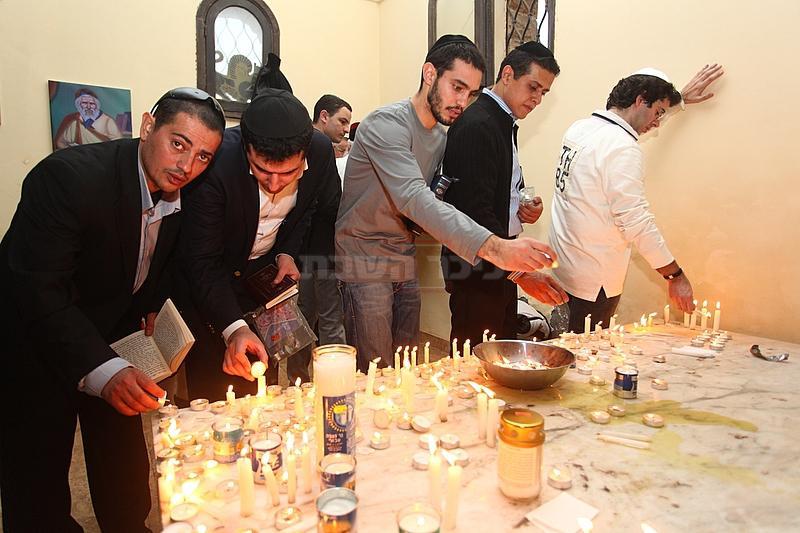 הדלקת נרות בציון ה'אביר יעקב'. ארכיון (צילום: מאיר אלפסי, כיכר השבת)