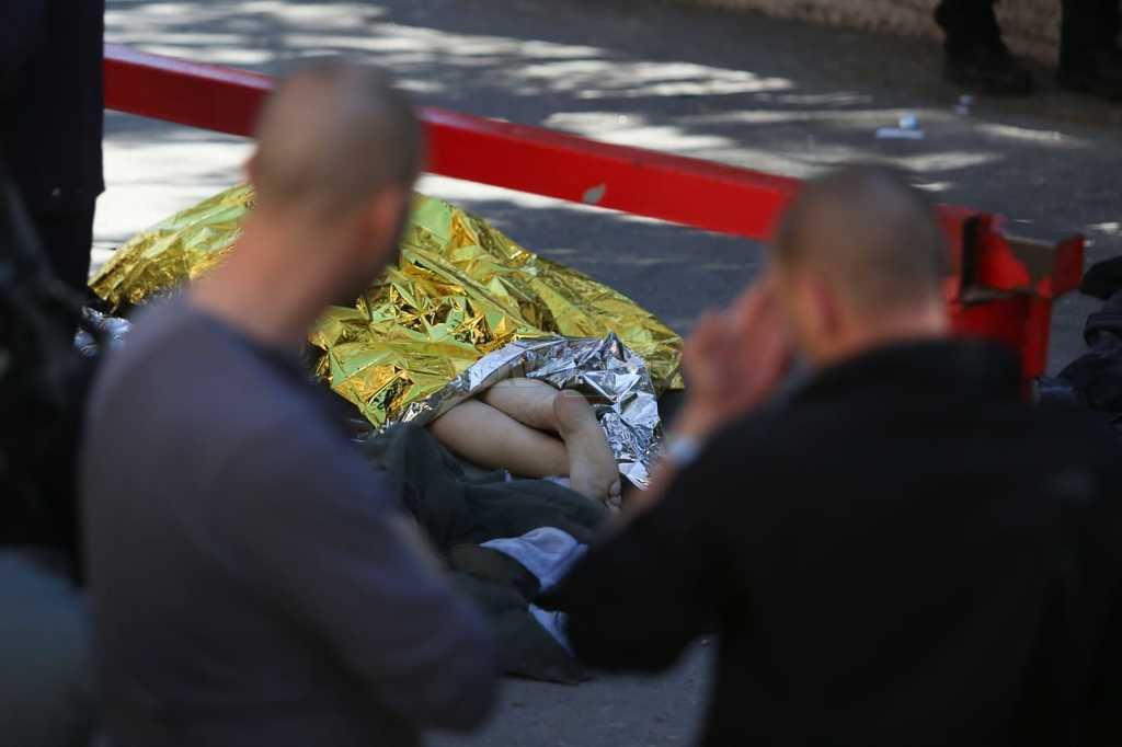 גופת המחבל בזירה (צילום: חיים גולדברג, כיכר השבת)