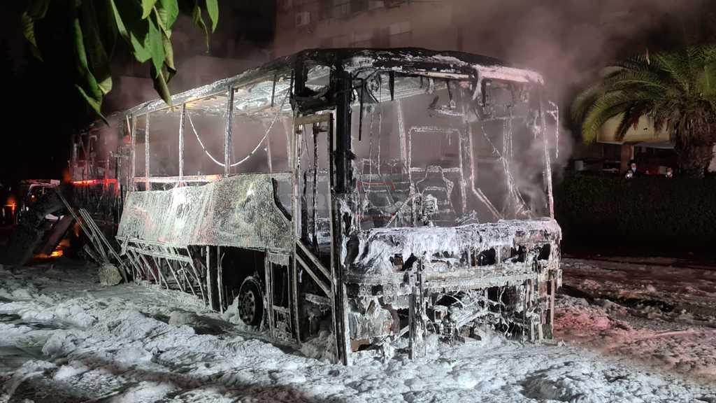 האוטובוס השרוף, ברחוב השומר (צילום: חדשות כל העולם)