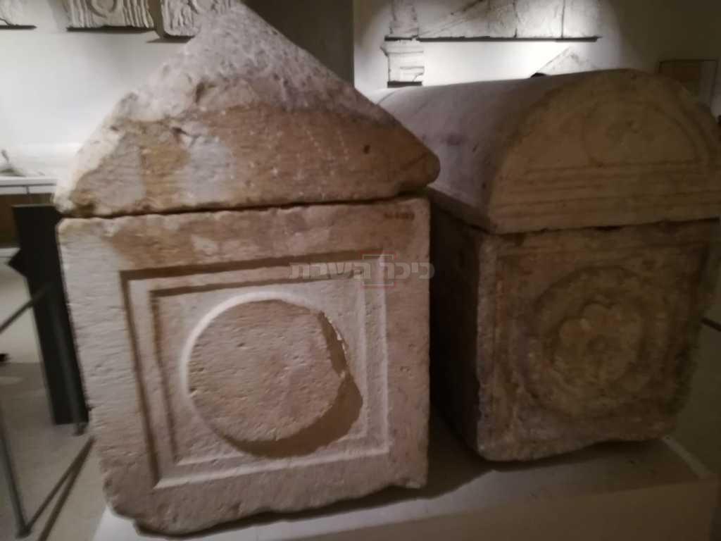 הגלוסקמאות במוזיאון הלובר בפריז