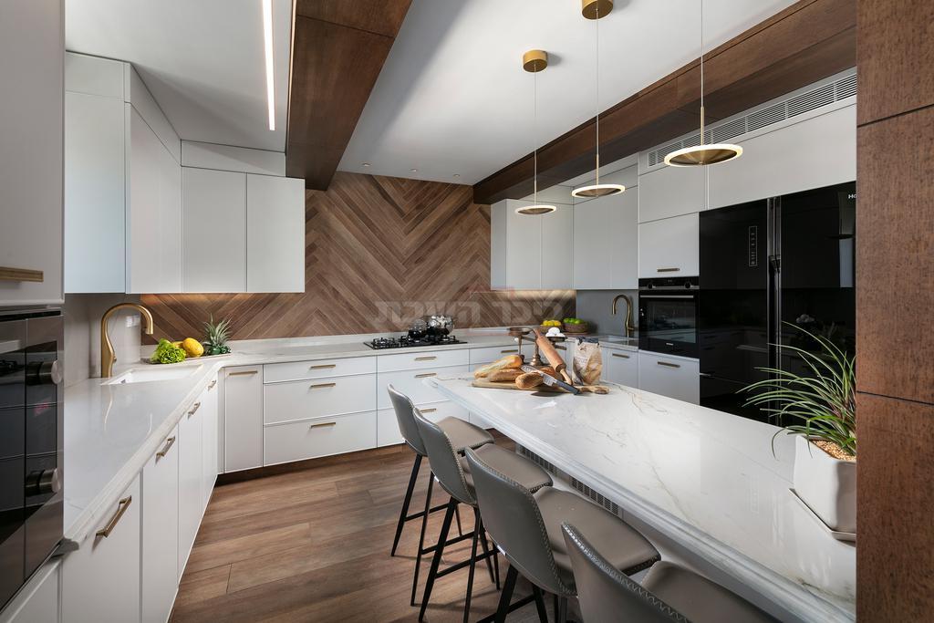 מראה כפרי וחם המשתלב להפליא בתכנון המוקפד של המטבח העדכני (צילום: אלעד גונן)