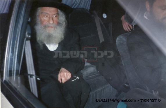 הרבי בחזרתו לרכב, עם הנהג ר' ישראל קורניק