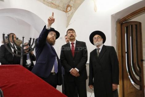 הרב כובש (משמאל) עם הנשיא והרב אדר