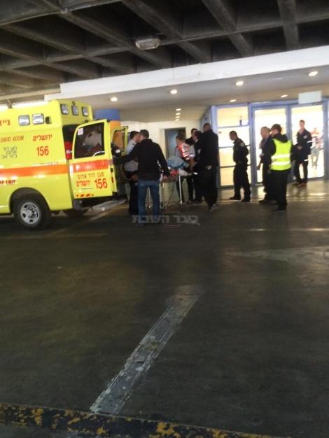 הפצועים מגיעים לבית החולים (צילום: קבוצת מדברים תקשורת)