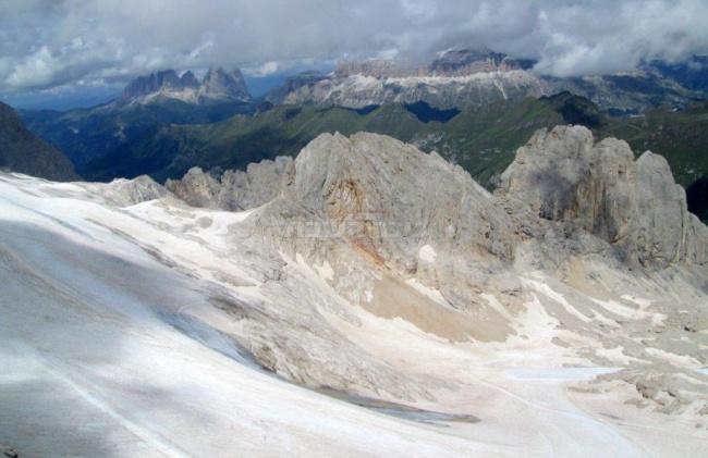 הר מרמולדה, ברקע הר סאסולונגו