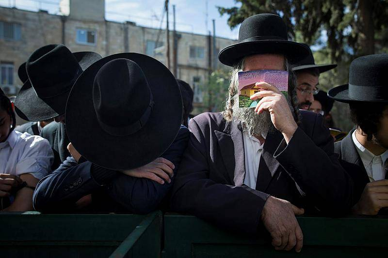 חסידי הרב ברלנד מחוץ לבית המשפט (צילום: Yonatan Sindel/ Flash90)