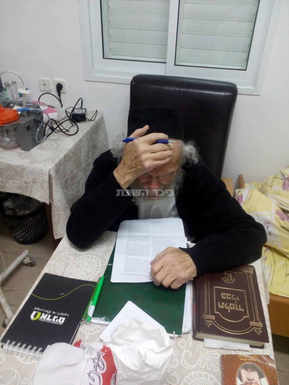 מיד שחזר לביתו לאחר מחלה ארוכה שקוע בלימוד התורה