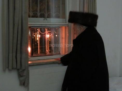 """הגר""""ש בהדלקת הנרות"""