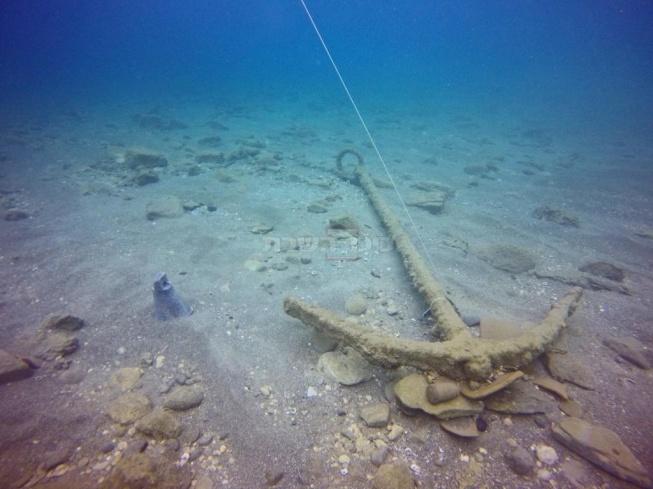 עוגן הספינה כפי שהתגלה בים. צילום: היחידה לארכיאולוגיה ימית ברשות העתיקות