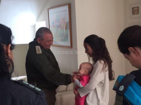 """הרמטכ""""ל במהלך פגישה עם משפחתו של ינאי טוביה ויסמן הי""""ד"""