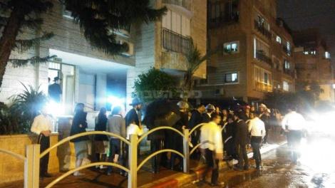 """ההפגנה מול ביתו של ח""""כ גפני, אמש (צילום: מחאות החרדים הקיצוניים)"""