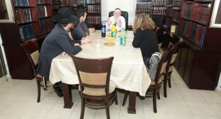 ביקור ראש מחוז השרון במכבי אצל הרב שלזינגר. צילום: יחצ - פסח: ראש המחוז במכבי בביקור אצל רבני פתח תקוה