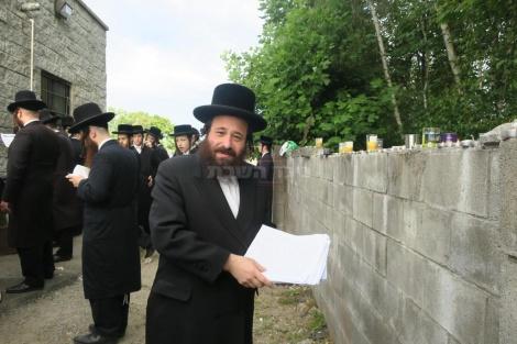 אחרי התפילה בציון האדמו''ר מסאטמר (צילום: מערכת בחצרות)