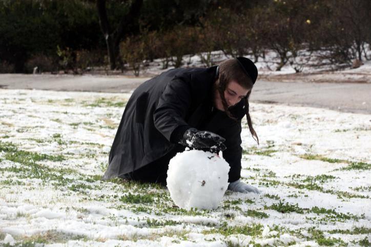 משותף לכל בני האדם: שבחוץ קר - צפה לצינון. אילוסטרציה. צילום: Yossi Zamir/Flash 90