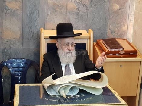 """הגר""""י יוסף בקריאת המגילה (צילום: כיכר השבת)"""