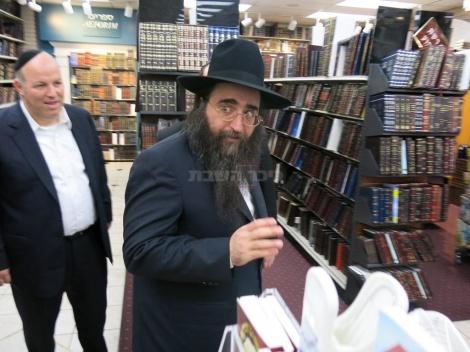 ספרים רבותי. הרב פינטו בחנות הספרים בבורו פארק (צילום: א בליק)