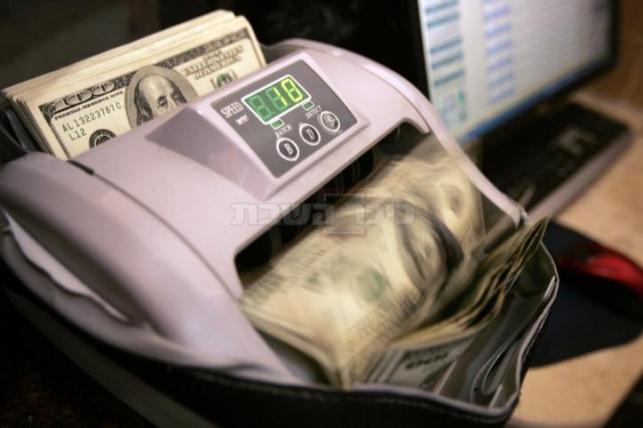 שווה יותר. הדולר (צילום: פלאש90) - ה'משולחים' מרוצים: שער הדולר לשיא