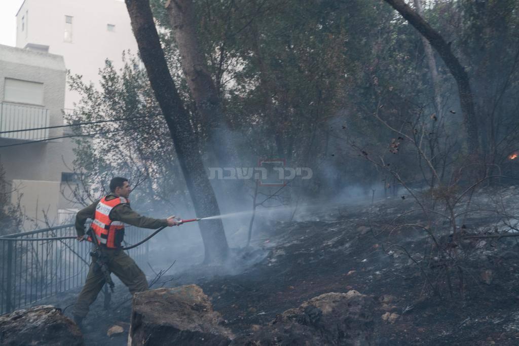 כוחות פיקוד העורף מסייעים בכיבוי האש (צילום: דובר צה''ל)