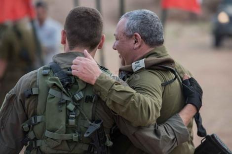 """הרמטכ""""ל בפגישה עם בנו במהלך תרגיל חטיבת הקומנדו"""