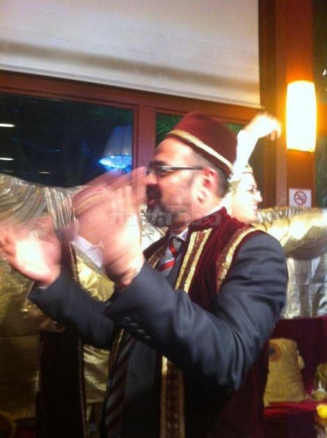 לבוש מסורתי. השר מרגי בבר מצווה לבנו