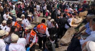 """צוותי מד""""א במירון.  - ל""""ג בעומר במירון: מאות מתפללים טופלו בידי צוותי מד""""א"""