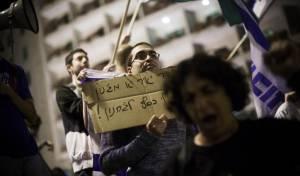 """אלפים מחו נגד לפיד: """"שקרן עם ג'ל"""""""