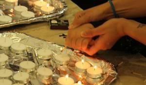 אם עוזרת לבתה להדליק נרות שבת בשבת יד לאחים