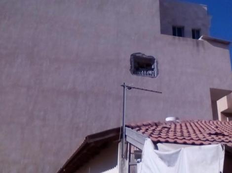 """חור שנפער בקיר הדירה בב""""ב כתוצאה מהפיצוץ (חדשות 24)"""