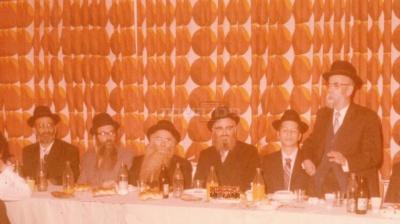 בשמחה משפחתית. מימין הרב, החתן, הרב מרדכי אליהו, הרב יוסף עדס, הרב טוויל, ובנו הרב דוד צדקה רבה של פרדס חנה