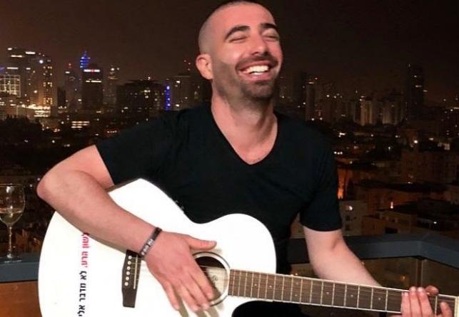 עומר אדם והמדבקה על הגיטרה