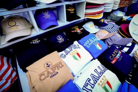 חנות למכירת טישרטים ומזכרות בקאפרי, איטליה (צילום: שלומי כהן, פלאש 90)