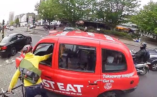 לוחצים יד אחרי התאונה (מתוך יוטיוב)